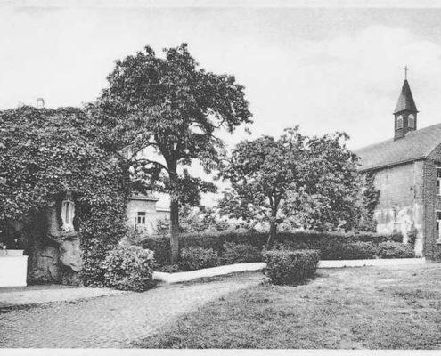 Een oude foto van de grot en kapel van La Divine Providence