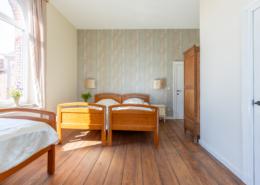slaapkamer met douchekamer